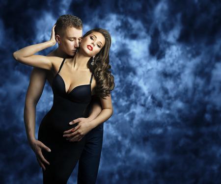 Sexy koppel, jonge man die romantische vrouw kust, koppels mode portret, geliefden kussen Stockfoto
