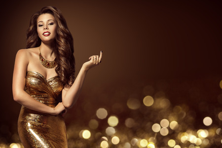 Fashion Model Gold Dress, Elegant Young Woman in Golden Sexy Gown, Luxury Lady Beauty Portrait Banco de Imagens