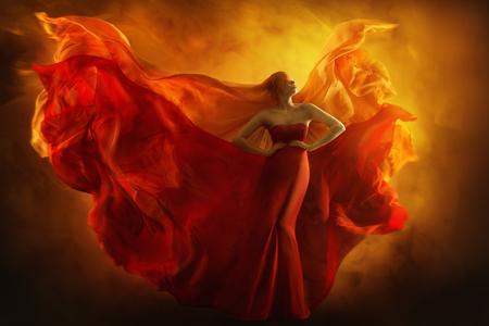 Mode Model Art Fantasy Fire Kleid, Frauenträume mit verbundenen Augen im roten fliegenden Kleid, Mädchen-Schönheitsporträt, Stoff, der wie Flammenflügel flattert Standard-Bild
