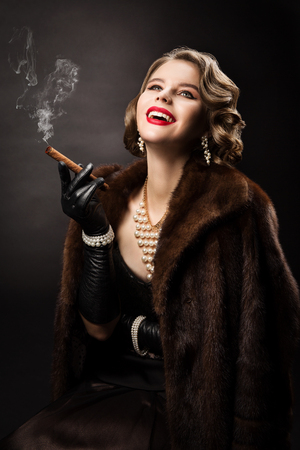 Retro Woman Smoking Cigar, Happy Fashion Model Luxury Beauty Portrait, Beautiful Girl in Fur Coat Pearl Jewelry Banque d'images