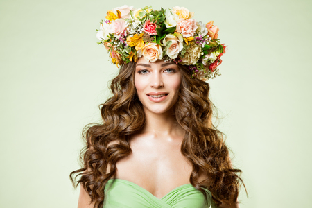 Fashion Models Flowers Wreath Beauty Portrait, Woman Makeup with Rose Flower in Hairstyle, Beautiful Girl Studio Shot Banco de Imagens