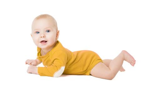 Neonato che gattona, bambino neonato felice sdraiato su bianco, bambino di sei mesi Archivio Fotografico
