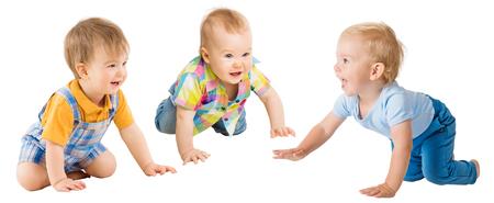 Crawling Babies Boys, Infant Kids Group Crawl carponi, Toddlers Bambini isolati su sfondo bianco, un anno di età Archivio Fotografico