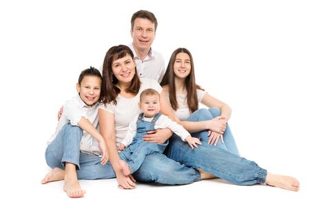 Retrato de estudio familiar, padres felices y tres hijos sobre fondo blanco. Foto de archivo