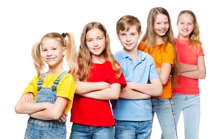 Kinderen groep, kinderen op witte achtergrond, gelukkig lachende mensen in kleurrijke t-shirts Stockfoto