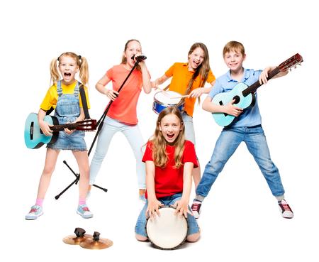 Kindergruppe, die auf Musikinstrumenten spielt, Kindermusikband auf weißem Hintergrund