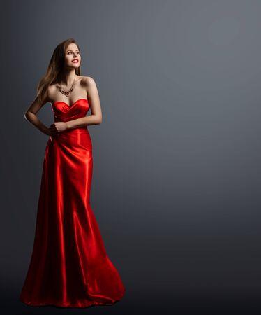 Modella bellezza, donna in abito rosso ritratto a figura intera, abito da sera lungo in seta