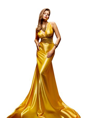 Mannequin robe d'or, portrait de pleine longueur de femme en robe longue jaune doré sur blanc