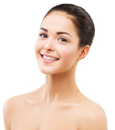 Toothy lächelndes Frauengesicht, natürliches Schönheits-Make-up und Hautpflege, glückliches Brunettemädchen auf Weiß Standard-Bild