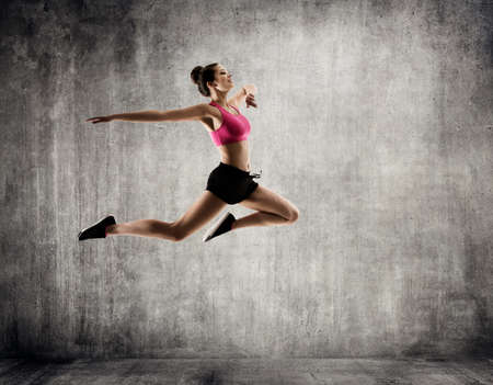 Beautiful Woman Jumping in Sport Dance, Young Happy Girl flying in Jump, Gymnastics Fitness Exercise Stockfoto