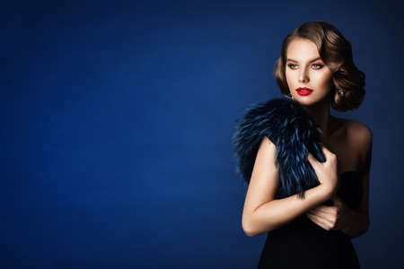 Retro Fashion Glamour Model Beauty Portrait, Old Fashioned Woman Make Up and Wave Hairstyle over Blue Banco de Imagens