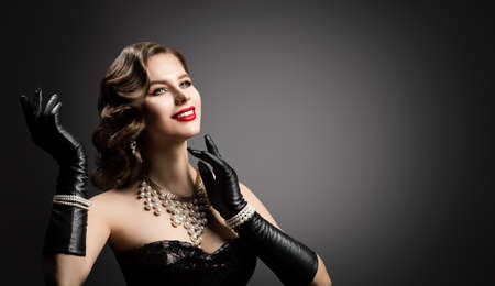Happy Smiling Retro Beautiful Woman Portrait, Pearl Necklace and Leather Gloves, Vintage Corset Dress, Red Lips, Glamour Wavy Hairstyle Banco de Imagens