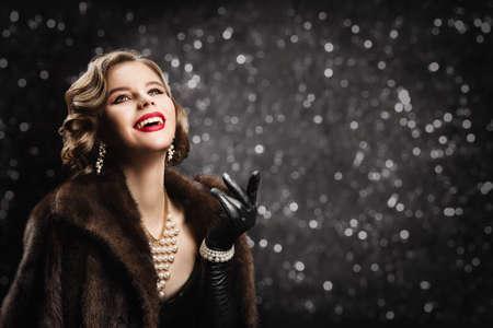 Luxury Retro Woman Happy Smiling, Chic Old Fashioned Model Portrait over Gray Bokeh Background Banco de Imagens