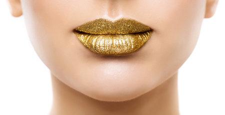 Golden Lips Make up Close up. Gold Beauty Woman Glitter Lipstick Gloss Makeup. Luxury Face Cosmetic Foto de archivo