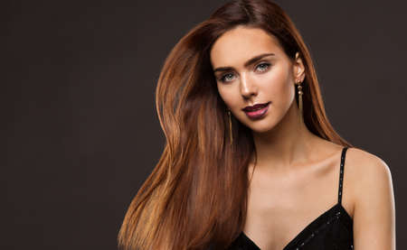 Hair Model Beauty. Brunette Woman with Long Shiny Straight Wavy Hairstyle. Beautiful Girl with Dyed, Coloring Shatush Hair. Fashion Cosmetics Make up Face Foto de archivo