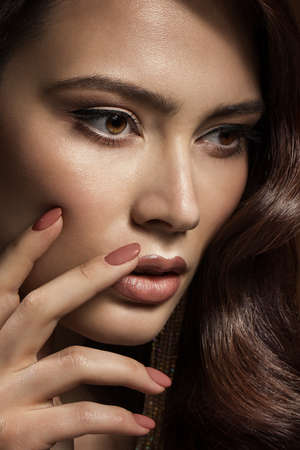 Beauty Model with Nails Manicure and Beige Lipstick Makeup. Beautiful Girl showing Nail Polish Cosmetic. Woman Make up Face Profile View Closeup Foto de archivo