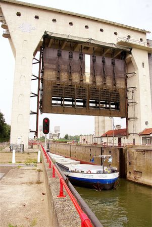 fixed line: A lock chamber complex between a river and a canal