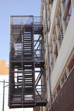 salidas de emergencia: un metal escalera de incendios en un edificio de apartamentos  Foto de archivo