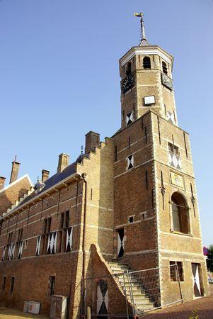 octogonal: Un viejo ayuntamiento con una torre octogonal