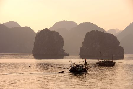 Vissersboten op Halong Bay in Vietnam