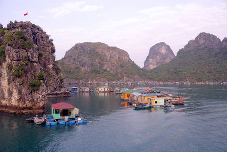 De drijvende dorp in Halong Bay in Vietnam