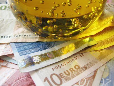 Les billets en euros et d'un presse papier Banque d'images - 5280913