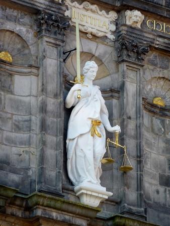 dama de la justicia: Una estatua de la se�ora de la justicia con la espada y la balanza el equilibrio Foto de archivo