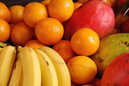 greengrocer: Fruta fresca en la verduler�a Foto de archivo