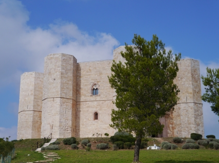octagonal: El castillo del monte un castillo octogonal en Apulia en Italia