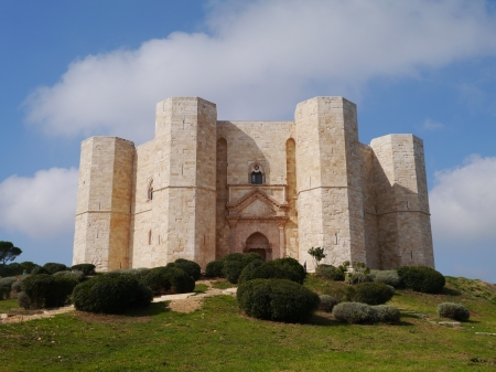 castle interior: The castel del monte a octagonal castle in Apulia in Italy