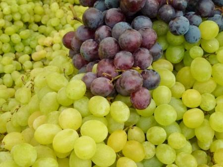 greengrocer: Uvas azules y blancas en una caja en la verduler�a en el mercado Foto de archivo