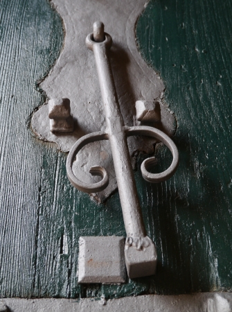 doorknocker: A netal doorknocker on a wooden door