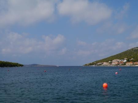boyas: El puerto de Kaprije con naranja boyas en Croacia