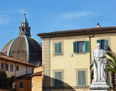 humility: La cupola della chiesa di Nostra Signora dell'Umilt� a Pistoia in Toscana, in Italia, con una statua di fronte Archivio Fotografico