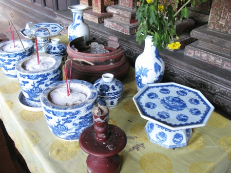 Un altar con azul de porcelana China en Vietnam photo