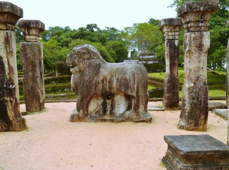 polonnaruwa: A sculpture of a lion in the remains of the kings councel chamber in the ancient city Polonnaruwa in Sri Lanka Stock Photo