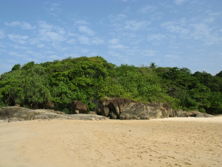 The beach with the rocks and vegatation and the Indian ocean in Sri Lanka Stock Photo - 18264782