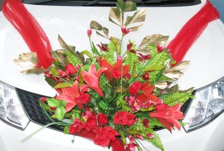ramantic: Red flower arrangement for a wedding on a car