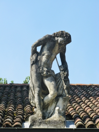 outbuilding: Statue on the roof of a outbuilding of the villa Rotonda near Vicenza in Italy Stock Photo