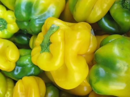 greengrocer: Frutas piprika amarillas y verdes en la verduler�a Foto de archivo