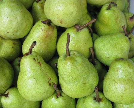 greengrocer: Peras en cajas en la verduler�a en el mercado Foto de archivo