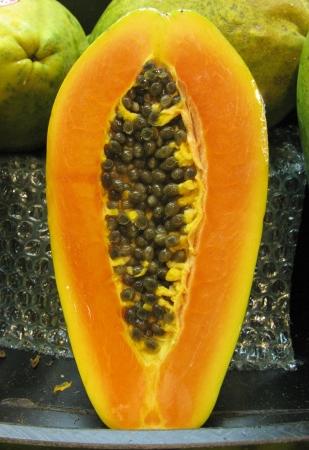 greengrocer: A media fruta de la papaya en la verduler�a en el mercado de hortalizas
