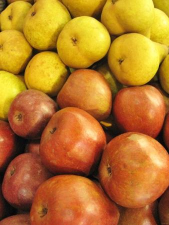 greengrocer: Peras y manzanas en la verduler�a en el mercado Foto de archivo