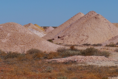 molehill: Coober Pedy is a town in northern South Australia at the Stuart Highway and is famous for its opal mines Stock Photo