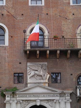 leon con alas: La entrada del Palacio del Gobierno en la Piazza Dante con el le�n alado de Venezia en Verona en Italia