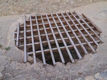 calcium carbonate: I camini di una fornace di calce. La fornace di calce viene utilizzato per produrre calce viva attraverso la calcinazione della pietra calcarea (carbonato di calcio)