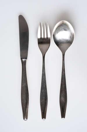 cubiertos de plata: plato de plata, cuchillo, tenedor, cuchara Foto de archivo