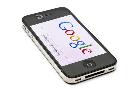 google: Google muestra p�gina web en la pantalla de iPhone 4s Editorial