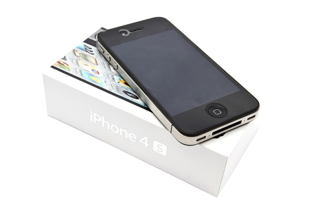 Primo piano di Apple iPhone 4s e box su bianco