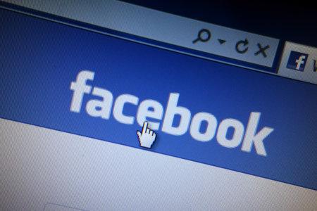 コンピューター画面に表示される Facebook ウェブサイト 報道画像